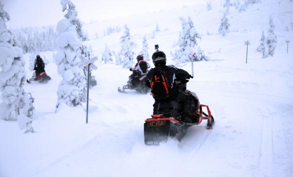 Stöten snescooter tur op på fjeldet motorsport på ferie