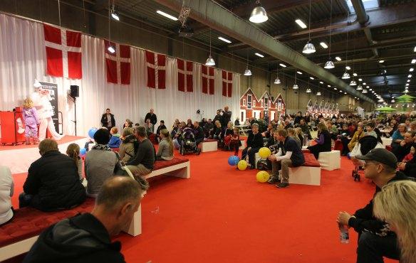 Pjerrot og danske flag og mange rejsegæster