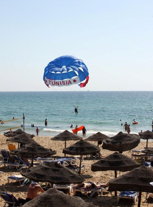 Tunesien_strand_parasailing