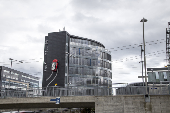 Bil på mur ved Stavanger Norge foto Henrik Elstrup