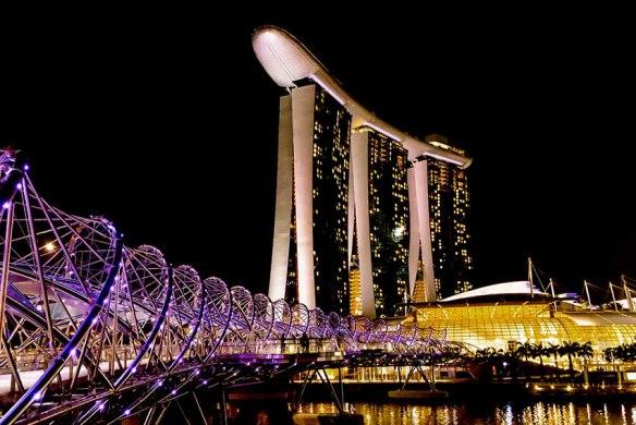 Singapore_Helix_and_Neon_Light_Henrik_Elstrup