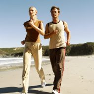 Guide til motionsjunglen Young Couple Jogging at the Beach