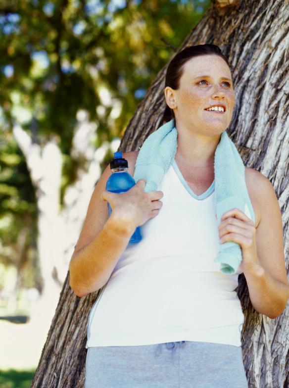 Fra inaktiv til aktiv mid adult woman with a towel on her shoulders in a park