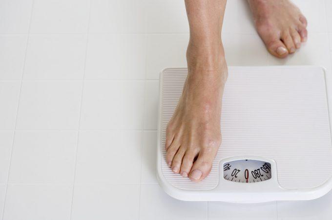 Sund og slank i år Kvinde fødder badevægt Corbis