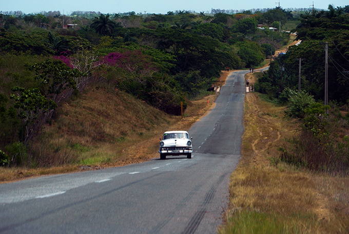 Cuba_lonely_road_vintage_car_landscape_Marina_Aagaard_blog_travel