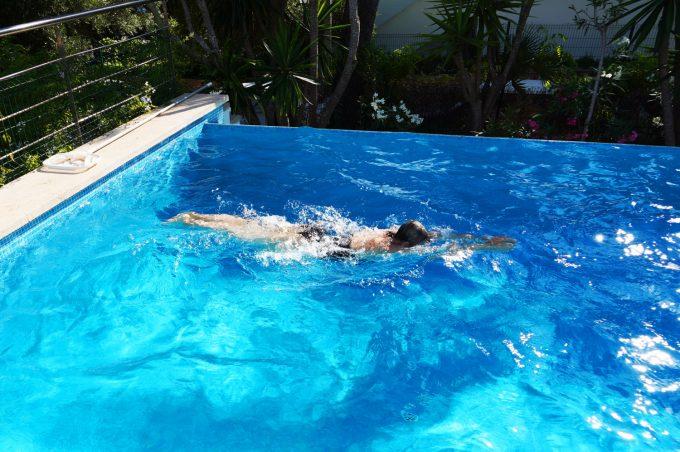 Svømning i hav eller pool blue water Marina Aagaard blog travel