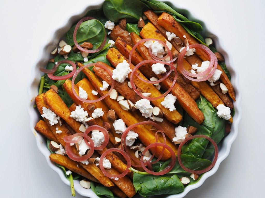 Bagte gulerødder med feta, spinat, ristet mandler og syltet rødløg