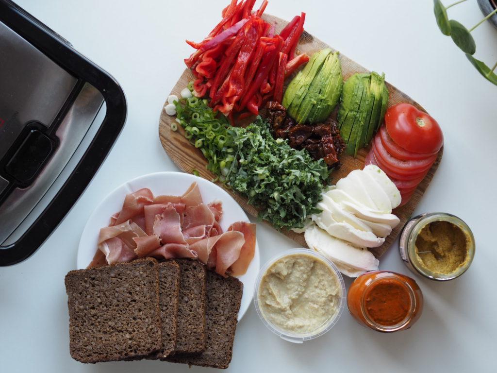Toast af rugbrød med hummus, serrano og grøntsager