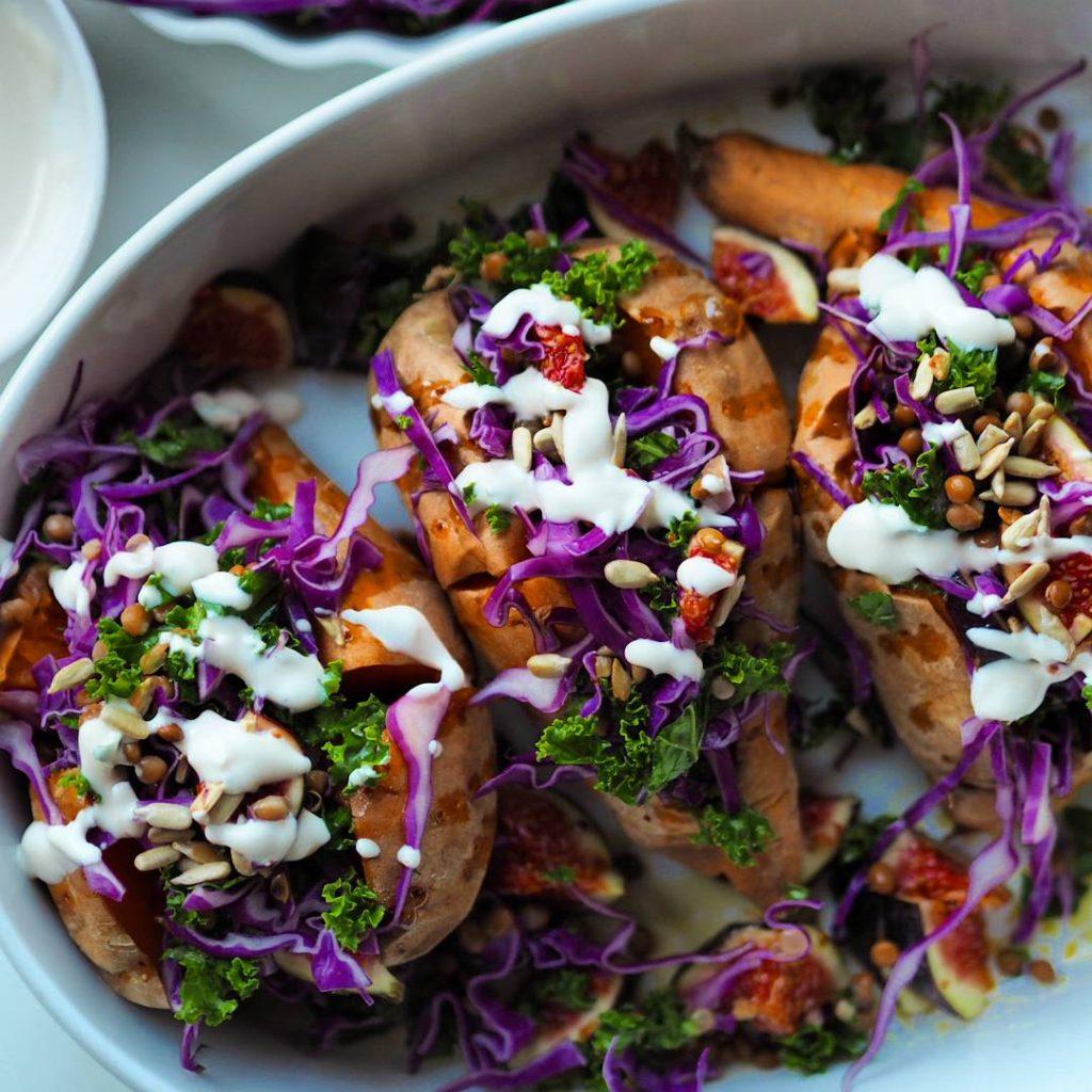 Bagte søde kartofler fyldt med farverig salat og tahindressing