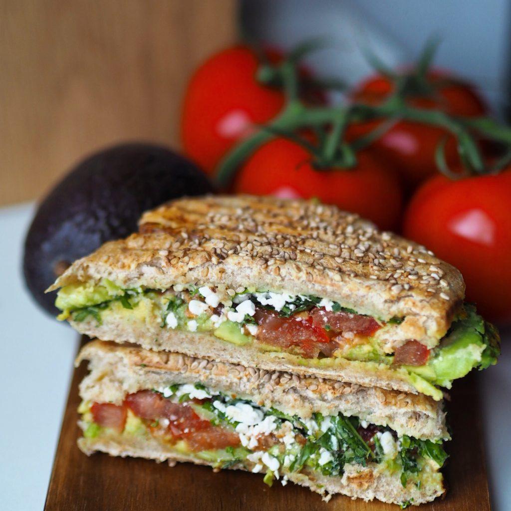 Burger panini med avokado og hummus