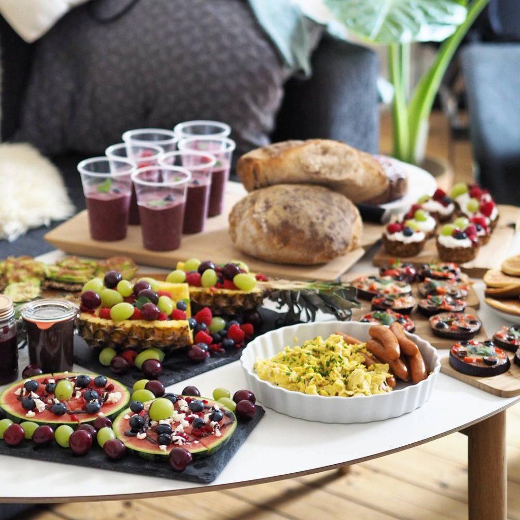 Brunch bord med bl.a. smoothie, røræg og pandekager