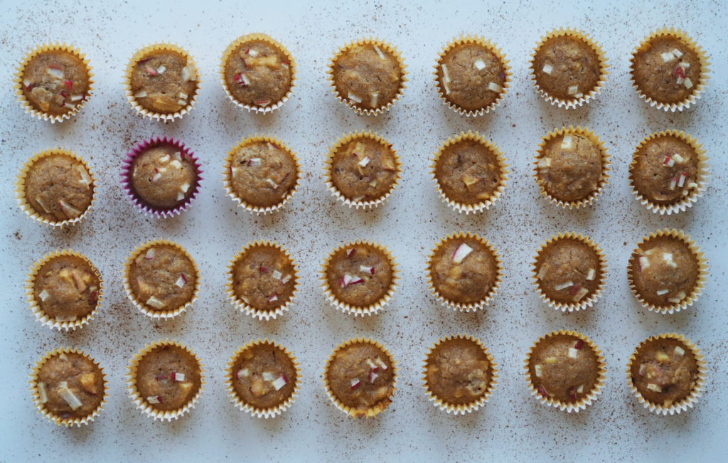 Havremuffins med æble og dadler