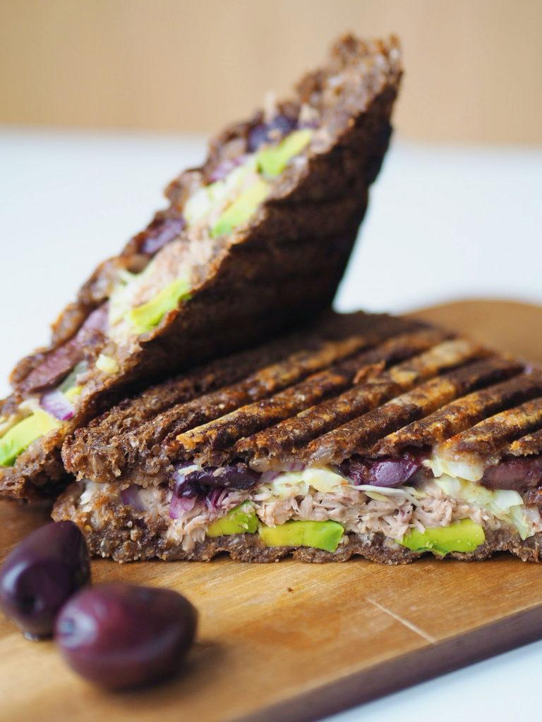 Rugbrødstoast med tun, avokado og oliven