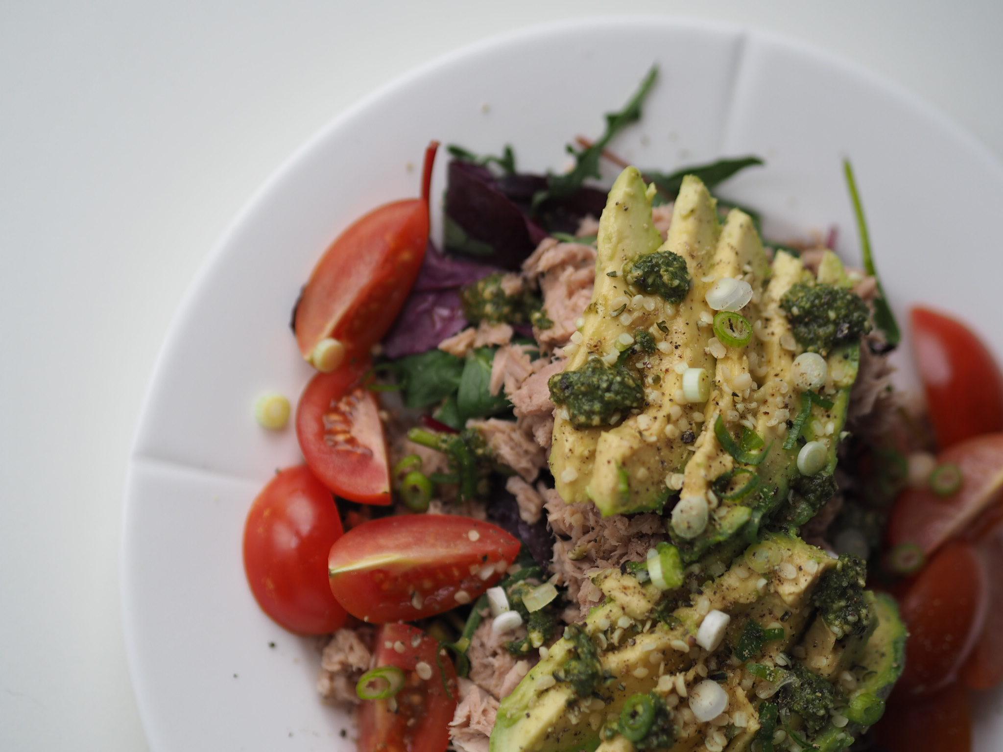 Avokadomad med tun, hytteost, grønt og pesto