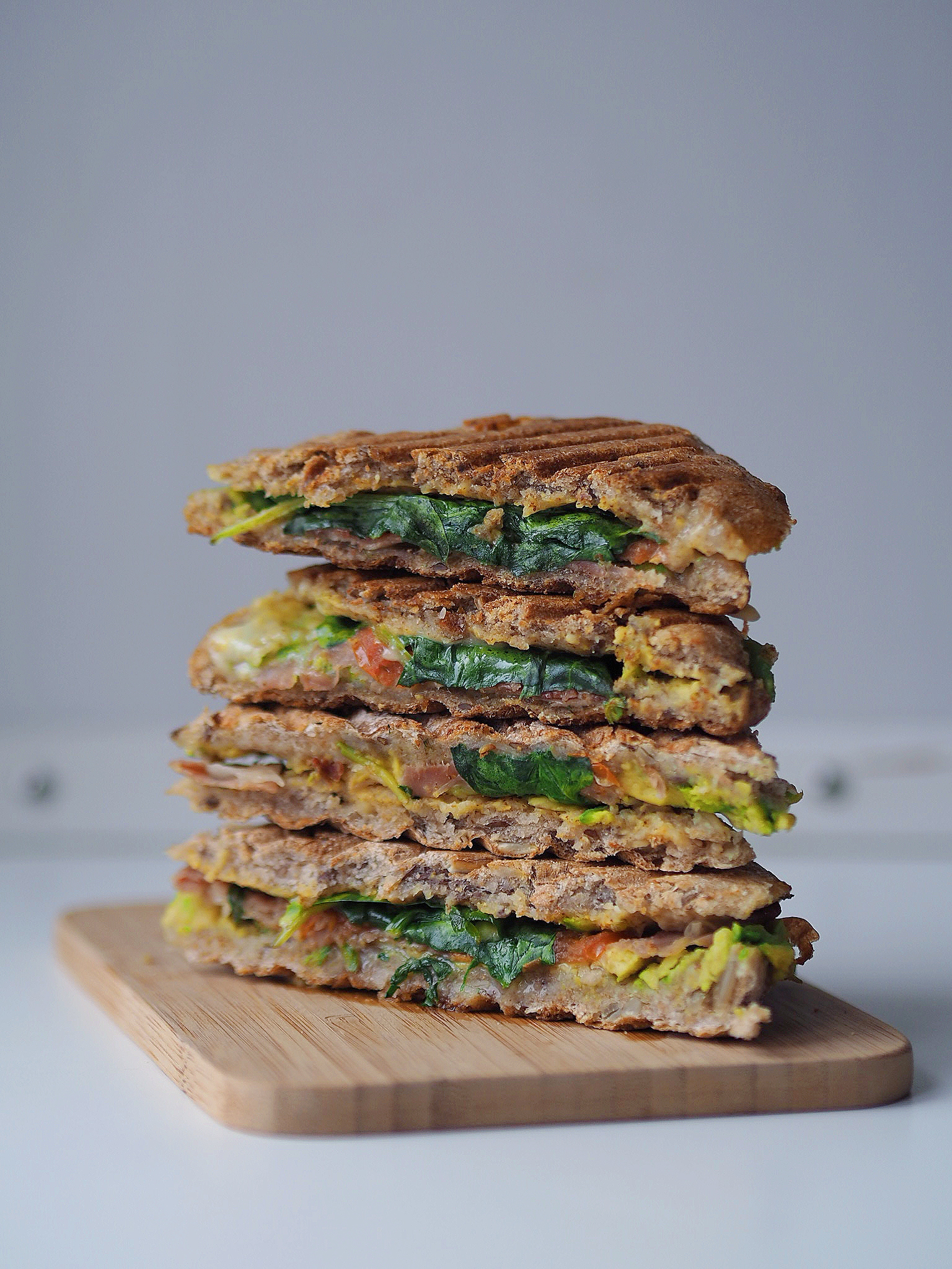 Spelttoast med avokado og serrano skinke - toast