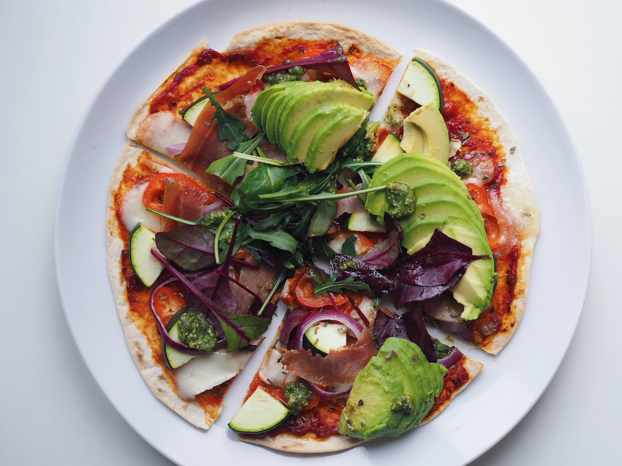 Tortilla pizza med serrano, grøntsager og pesto
