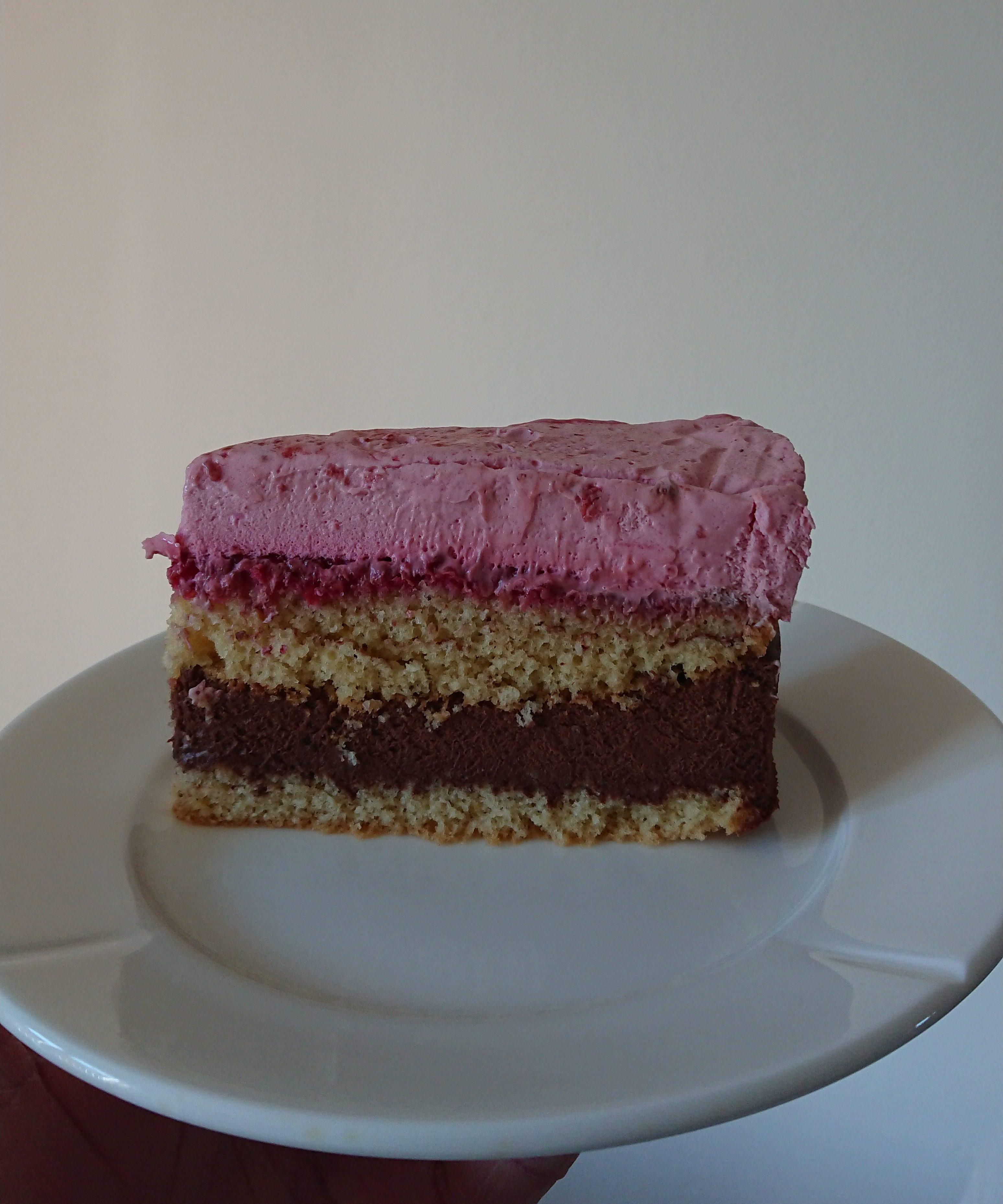 Lagkage med hindbærmousse og mørk chokolademousse