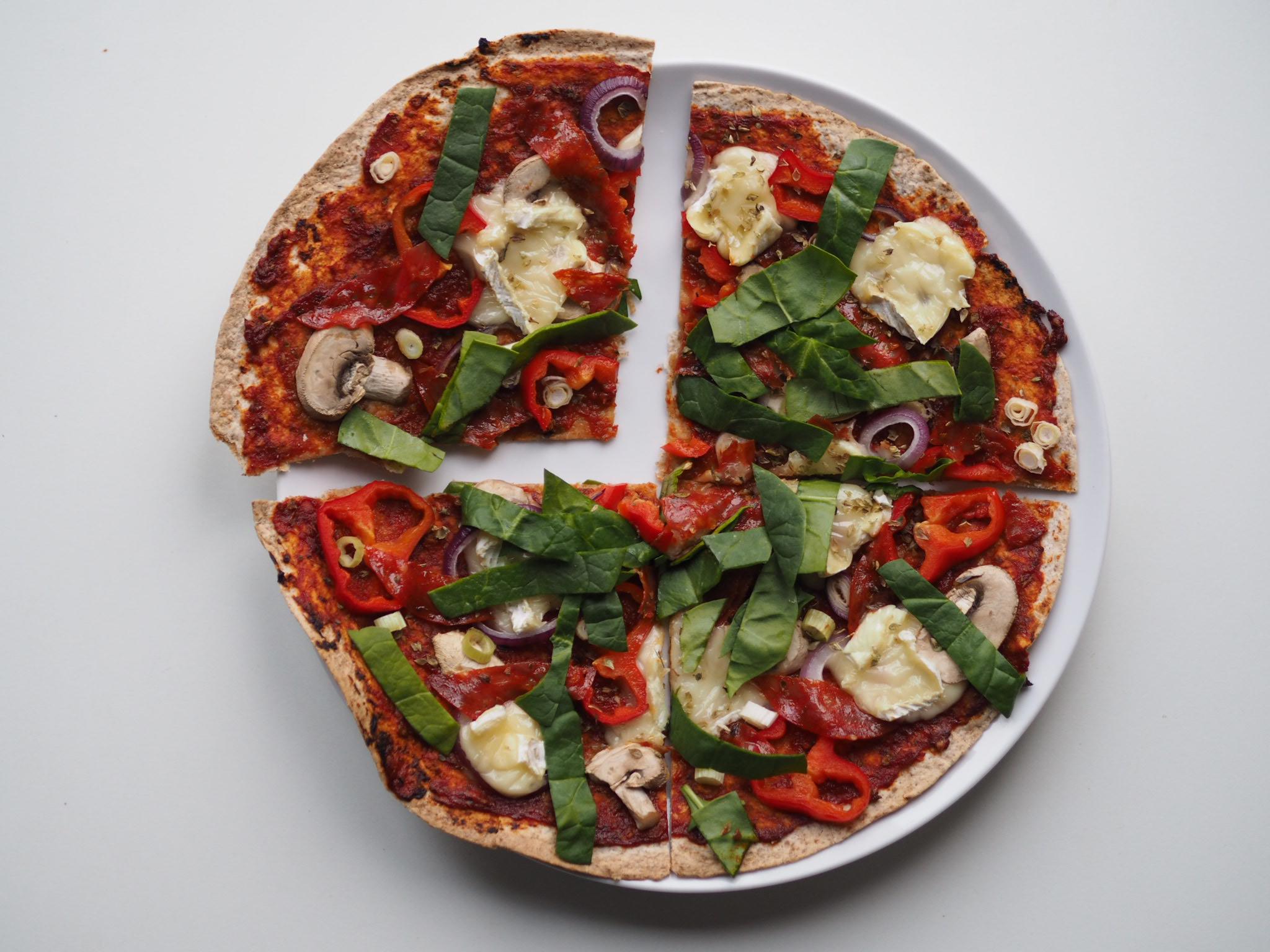 Tortilla pizza med brie og chorizo