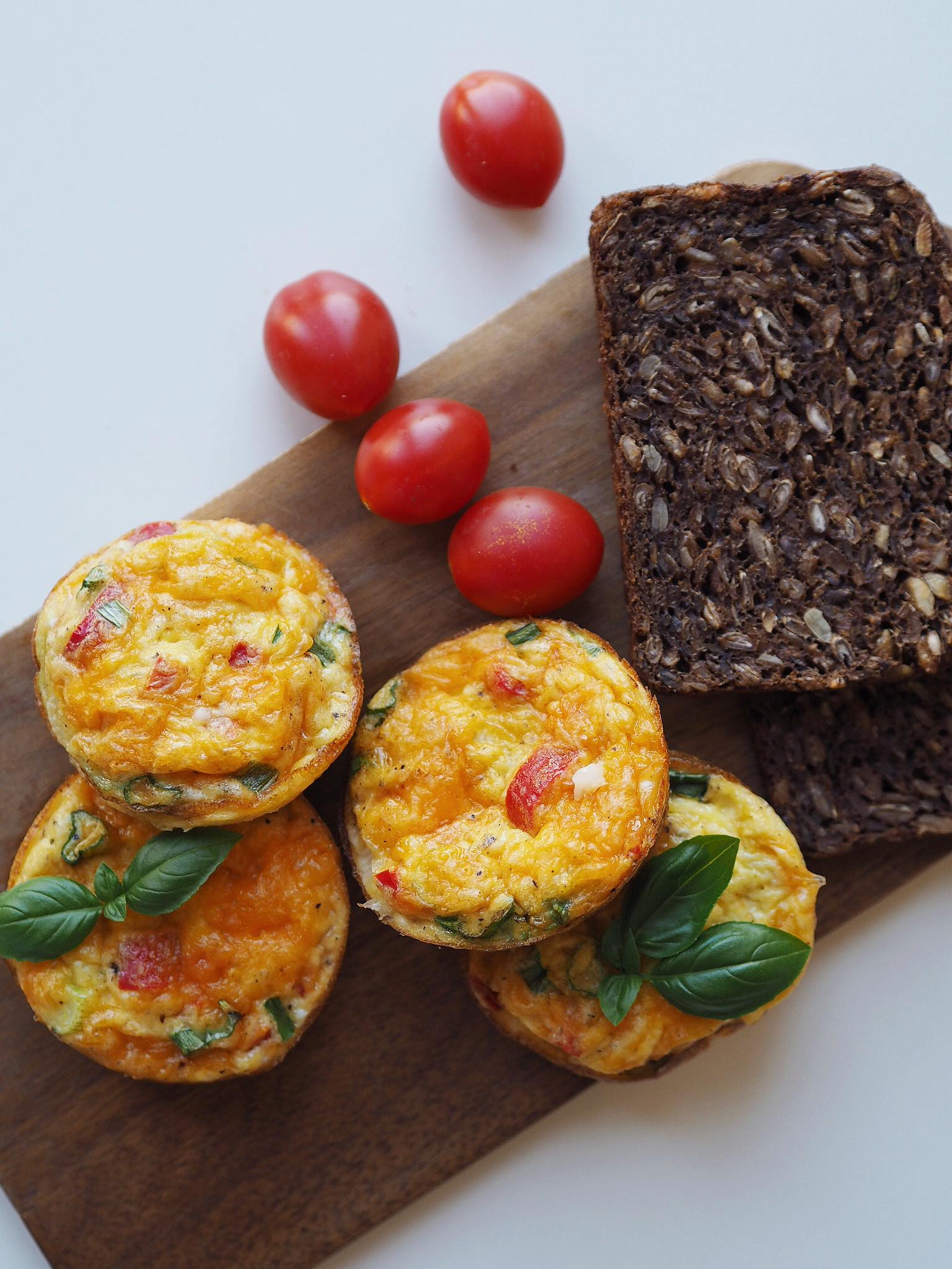 Lette små æggekager med grønt og ost
