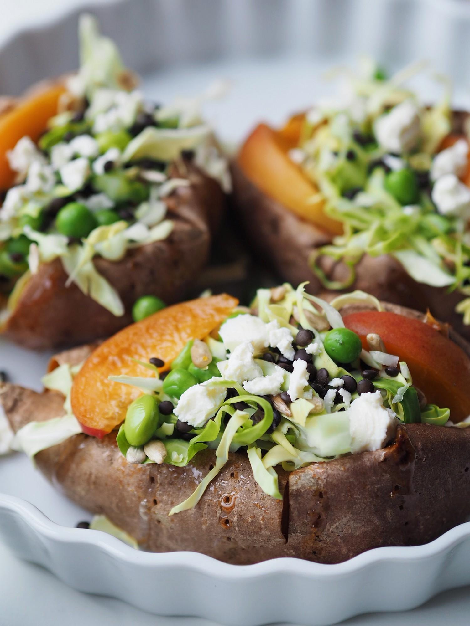 Bagte søde kartofler fyldt med sommersalat