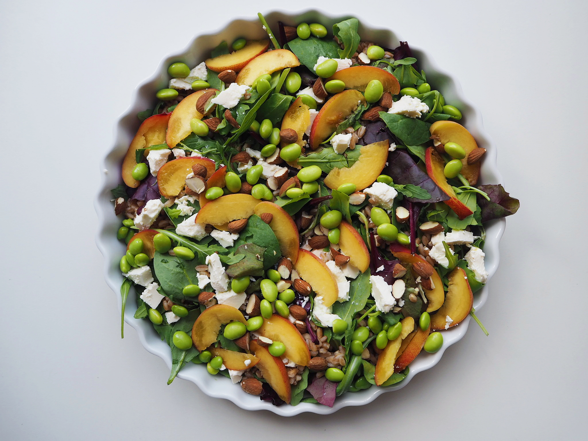 Perlespeltsalat med nektarin, feta og edamamebønner