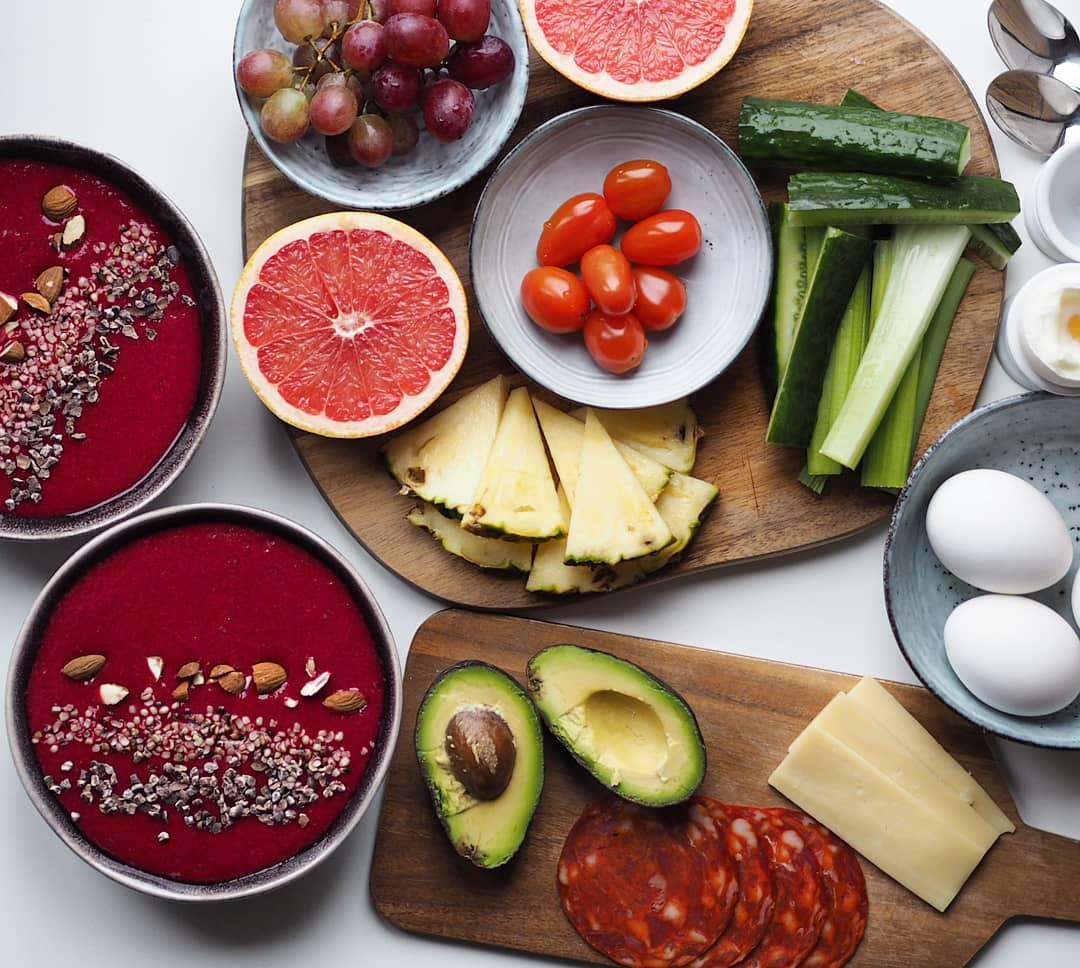 Brunchbord med masser af grøntsager og frugt