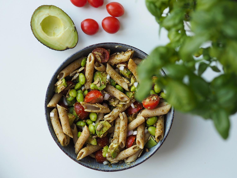 Pasta med pesto, edamamebønner og grøntsager