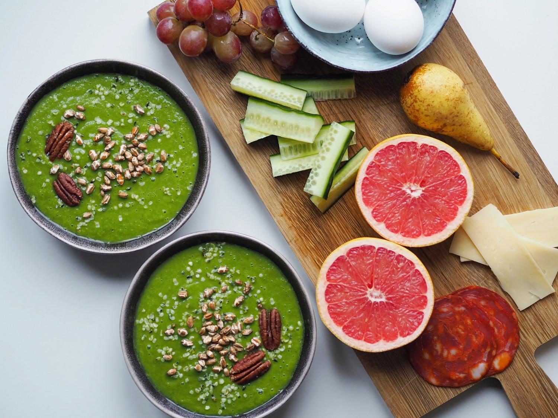Grøn smoothie med grøntsager og frugt