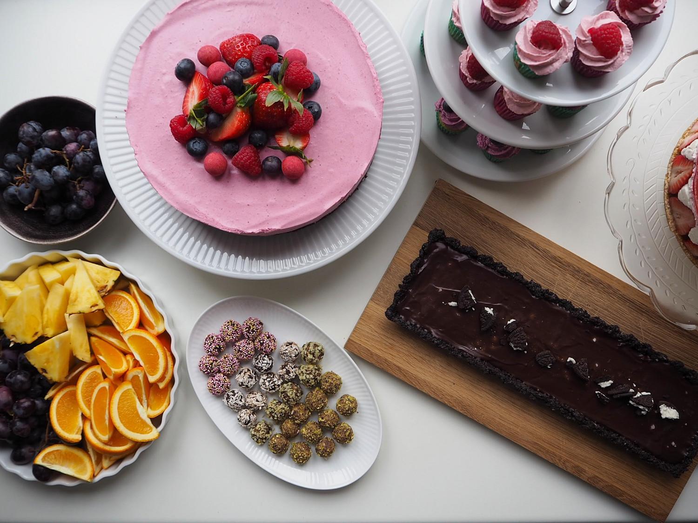 Browniebund med skovbærmousse og friske bær