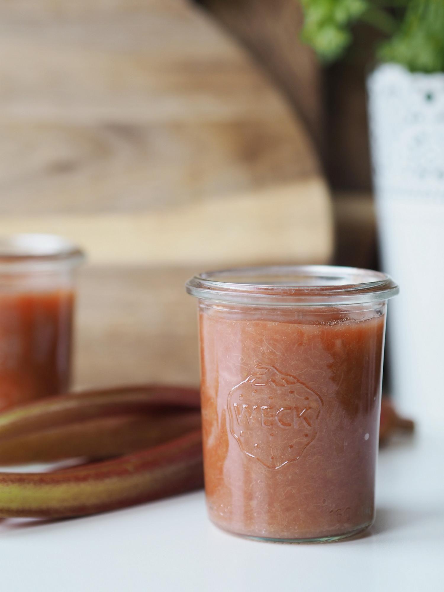 Kompot af rabarber, jordbær og æble