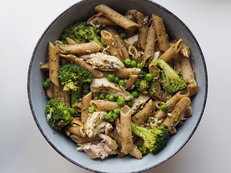 Pastasalat med kylling, pesto og grøntsager