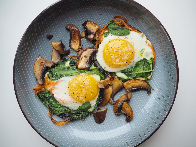 Spejlæg med spinat, gulerødder og svampe