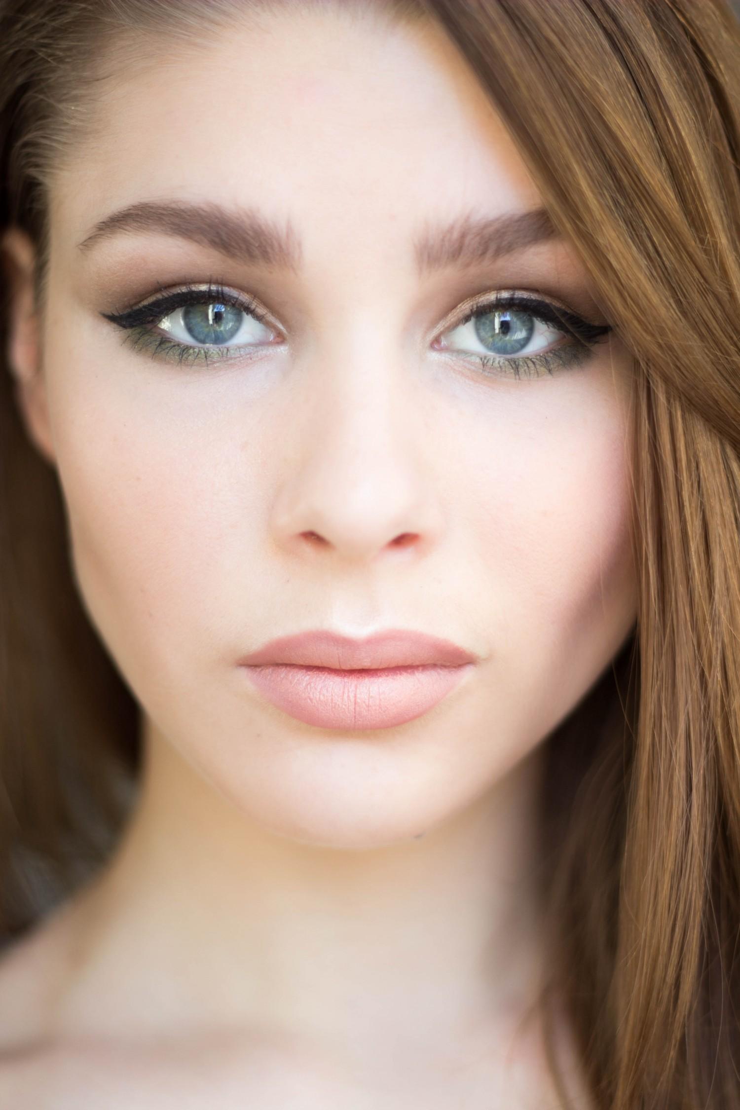 hint of green makeup, limegrøn makeup, nude læbestift, elf makeup, øjenskygge