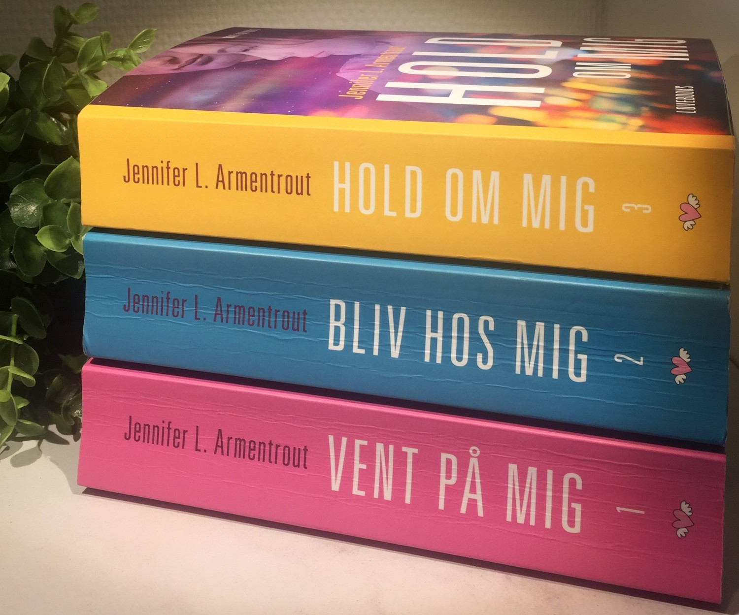 Jennifer L. Armentrout, Love Books, Krummes krummelurer, Anmeldelse, Boganmeldelse, Hold om mig, Wait for you, Wait for you 3, Vent på mig 3, New adult, Anmeldereksemplar, Vent på mig, Hold om mig,