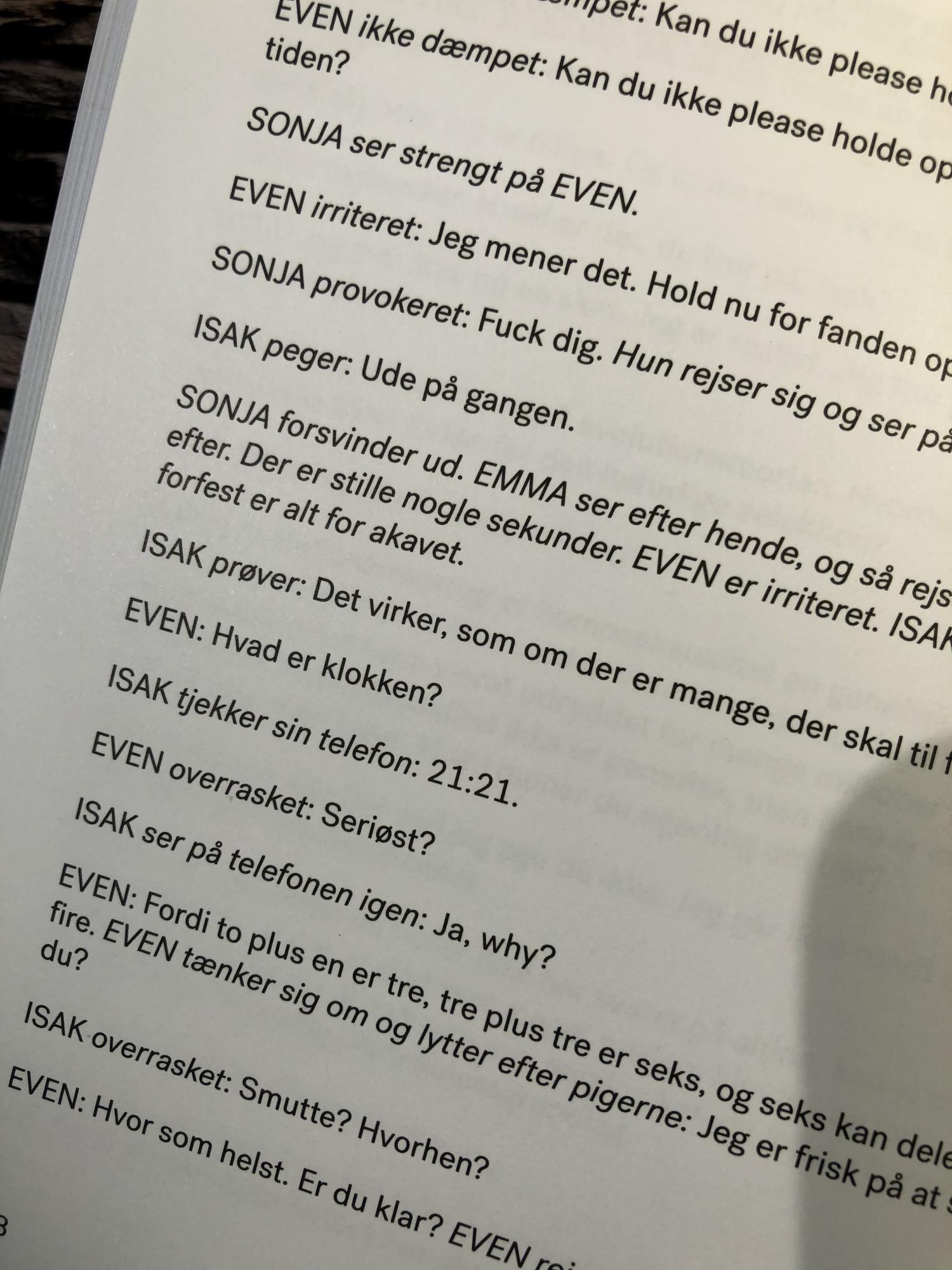 SKAM, Skam sæson 3, Skam Isak sin sesong, SKAM Isak, Isak & Even, Krummeskrummelurer, Krummeskrummelurer.dk, Krummes Krummelurer, Boganmeldelse, Anmeldelse, Anmeldereksemplar, Krumme anbefaler, Julie Andem, Høst & Søn, Rosinante & Co., NRK, SKAM bog, SKAM bok,