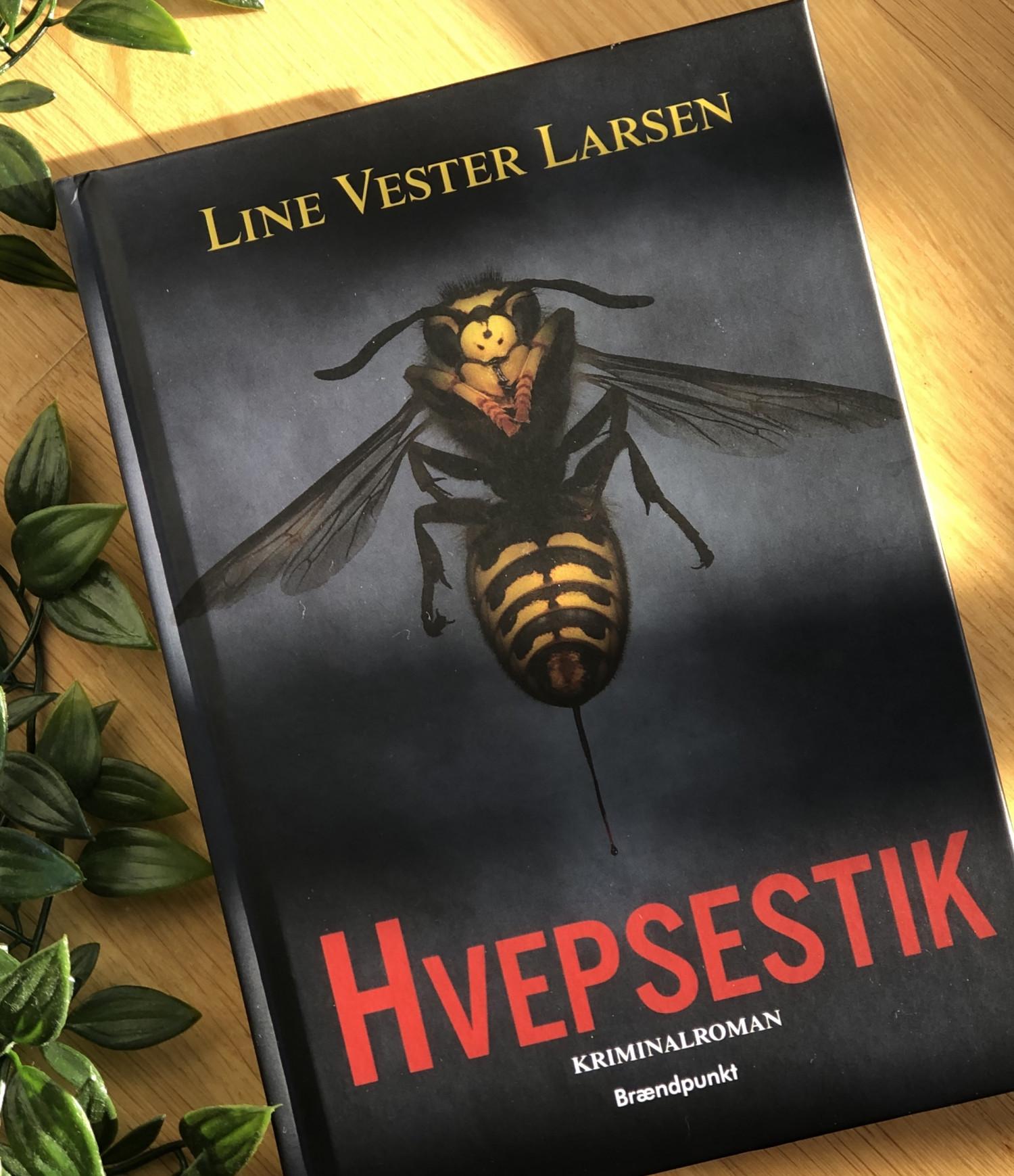 Hvepsestik, Line Vester Larsen, anmeldelse, boganmeldelse, forlaget Brændpunkt, krimidebutant, anmeldereksemplar, krummeskrummelurer, krummeskrummelurer.dk, Krummes Krummelurer