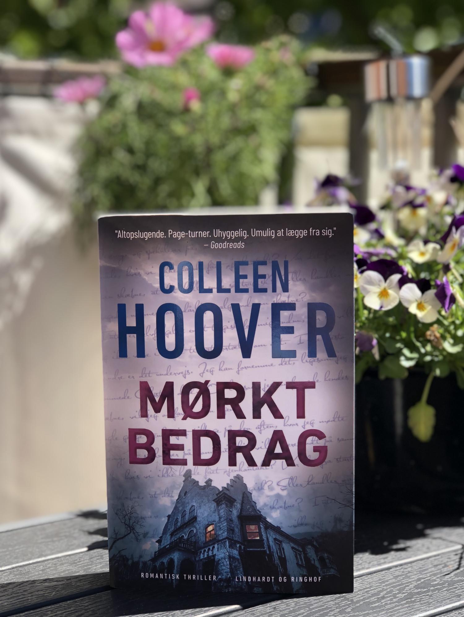 Colleen Hoover, Mørkt bedrag, anmeldelse af mørkt bedrag, Colleen Hoover anmeldelse, Verity, Lindhardt og Ringhof, romantisk thriller, anmeldelse, boganmeldelse, bookreview, krummeskrummelurer, Krummes Krummelurer, krummeskrummelurer.dk, anmeldereksemplar,