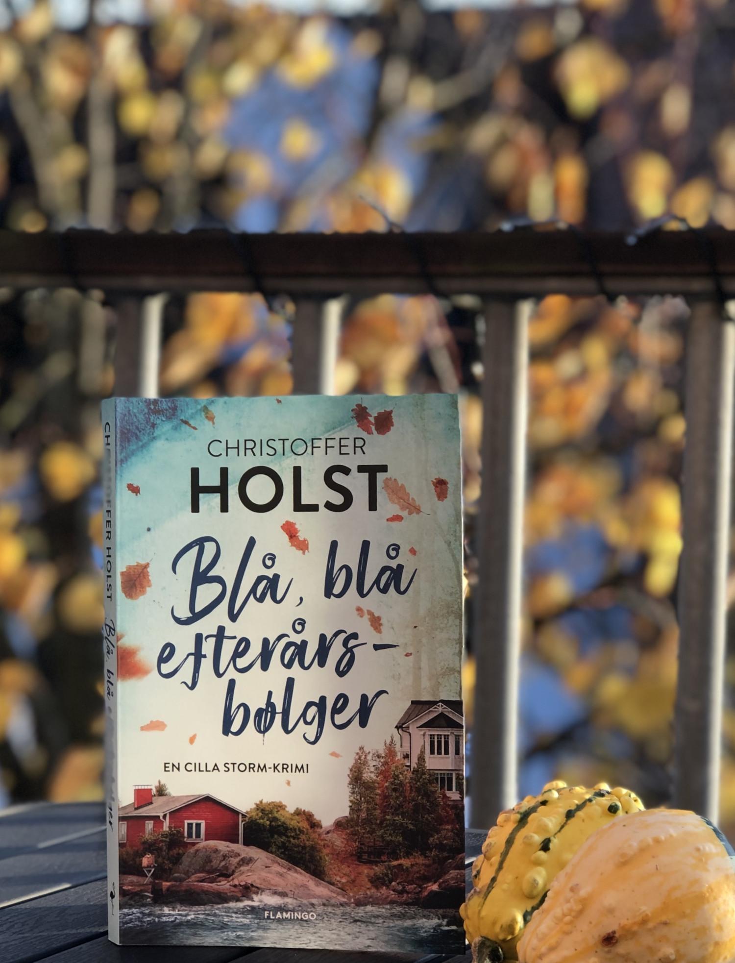 Christoffer Holst, Flamingo, Flamingo books, kærlighed, krimi, En Cilla Storm-krimi, Cilla Storm, Blå blå efterårsbølger, krummeskrummelurer, krummeskrummelurer.dk, boganmeldelse, anbefaling, anmeldereksemplar,