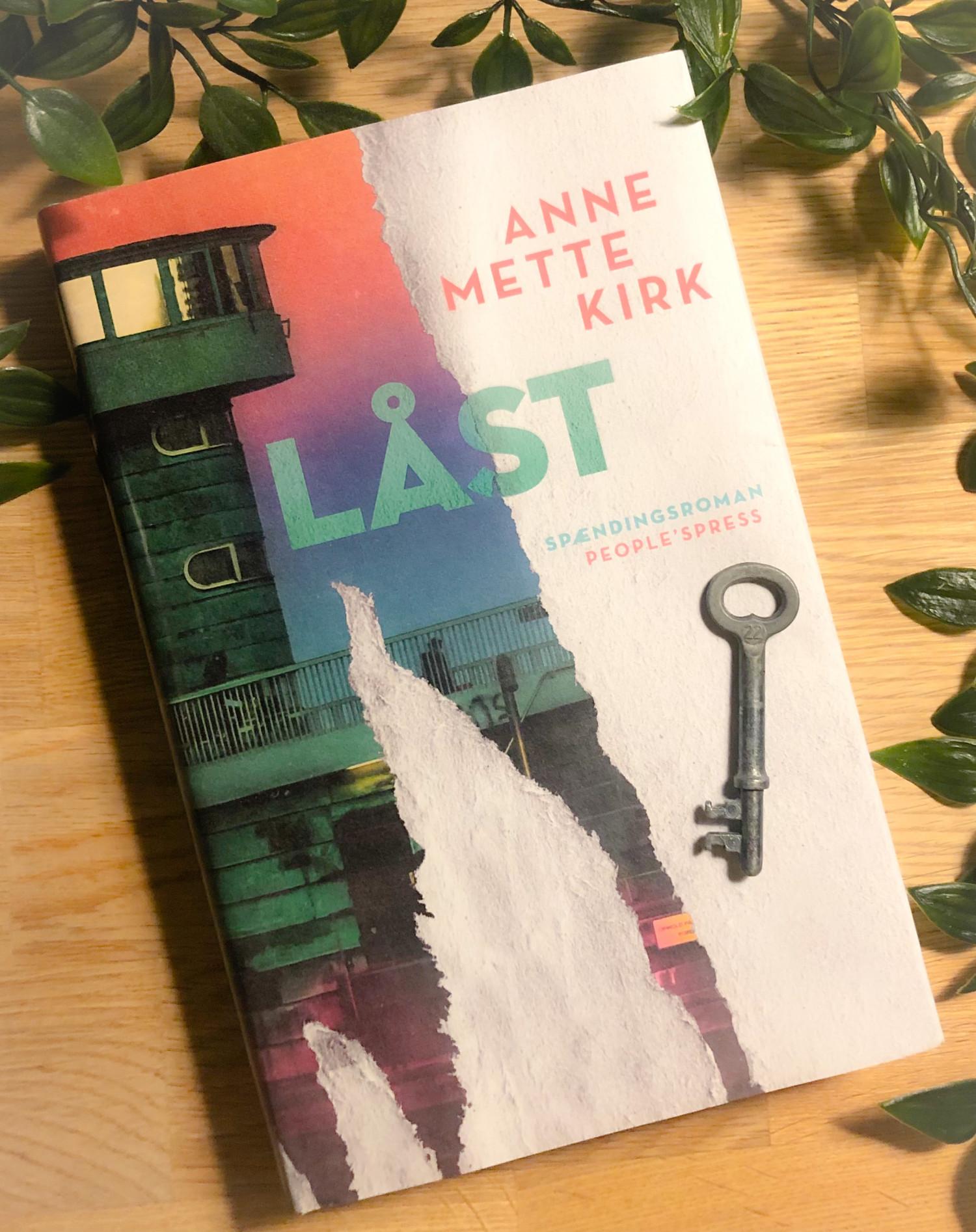 Låst, Anne Mette Kirk, People's Press, Knust, Marc Abildgaard, spændingsroman, krummeskrummelurer, krummeskrummelurer.dk, boganmeldelse, anbefaling, anmeldereksemplar,