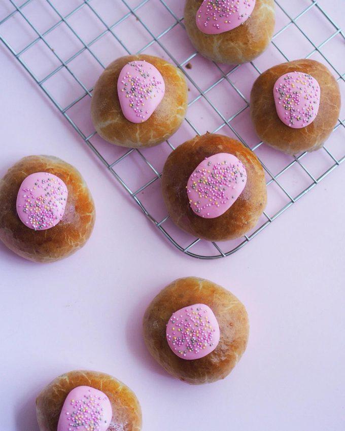 Gammeldags fastelavnsboller med remonce, vaniljecreme og glasur