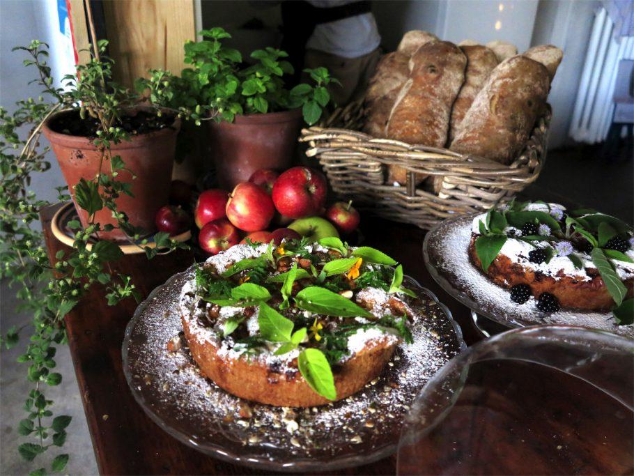 kager med friske urter og brød