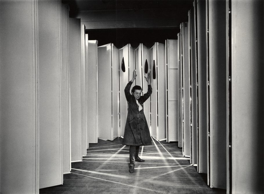 Louise Bourgeois i Inside Articulated Lair (Inde i leddelt hule) (Coll: MoMA, NYC) i 1986. Foto: © Peter Bellamy © The Easton Foundation / Licensed by Copydan