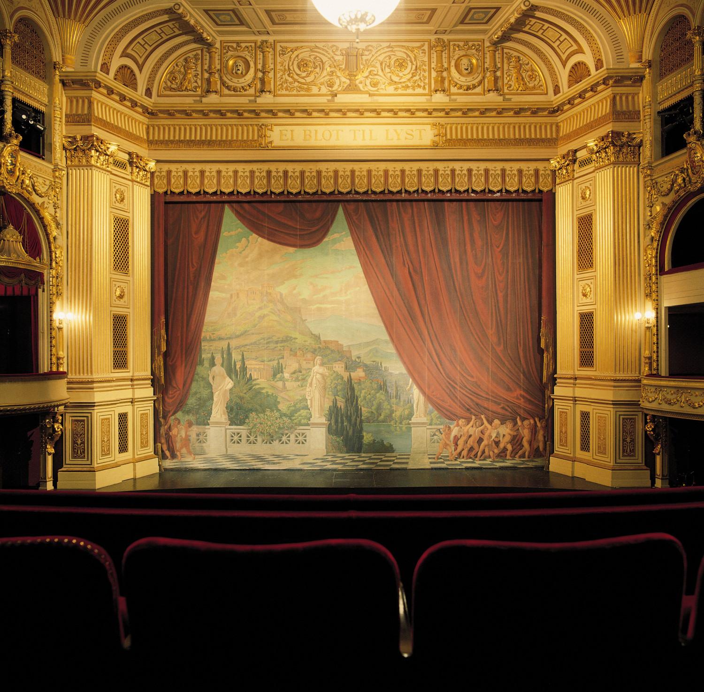 Gamle Scenes fortæppe er en gobelin fremstillet efter forelæg af Guldaldermaleren Johan Ludvig Lund (1777-1867).