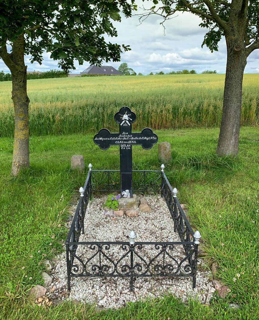 En af de mange gravsten på Dybøl Banke