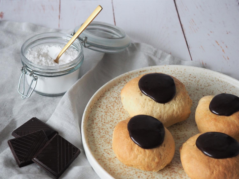 Snaskede fastelavnsboller med vanillecreme, remonce og chokolade