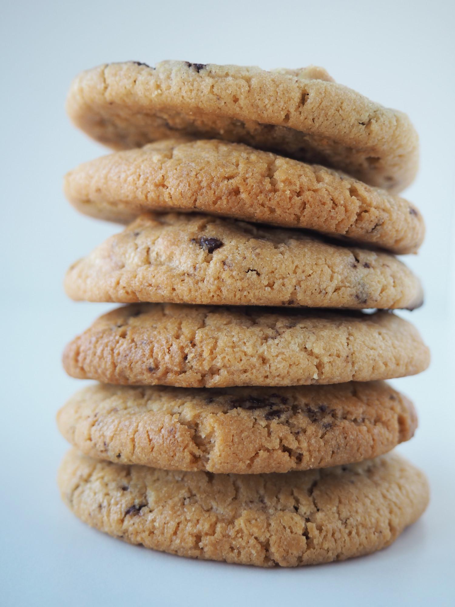 Cookies med peanutbutter, peanuts og mørk chokolade af Rebekka Mikkelsen