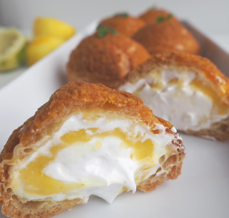 Choux au craquelin med lemon-limecurd og marengs af Rebekka Mikkelsen.