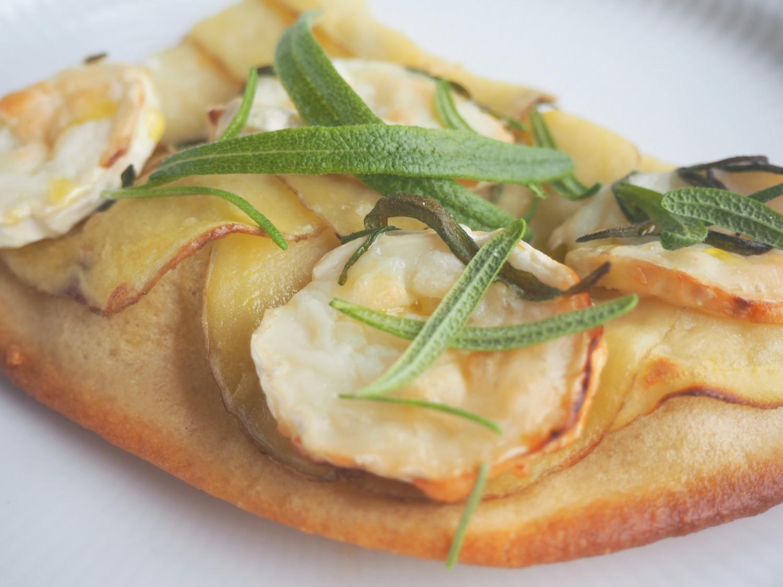 Hvid pizza - kartoffelpizza med gedeost og rosmarin - hjemmelavet af beksemad