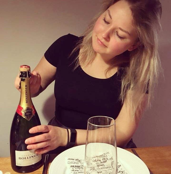 Rebekka Mikkelsen Beksemad månedens PLUS-blogger med champagne
