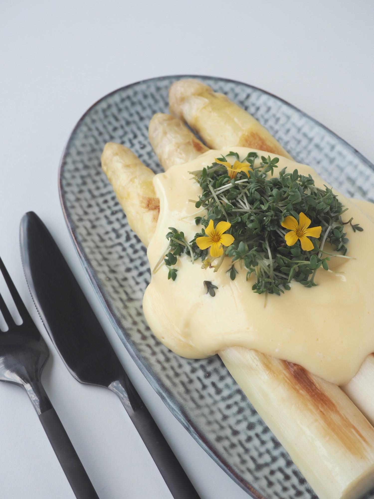 Hjemmelavet nem hollandaise sauce med stavlender til danske hvide asparges af Beksemad